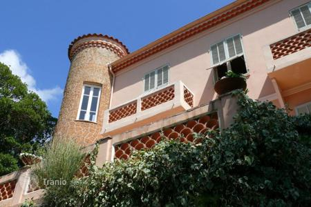 Luxury houses with pools for sale in Menton. Charming villa with a swimming pool and a beautiful sea view in Menton, Cote d`Azur, France