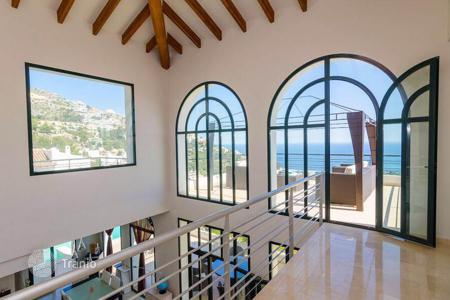 Property to rent in Valencia. Villa for rent with four terraces, a view of the sea, a garden and a swimming pool, Altea, Spain