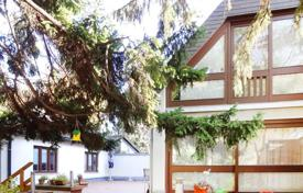 Residential for sale in Vienna. Two-level house with a pool, a garage, a sauna and a wine cellar in Liesing, Vienna
