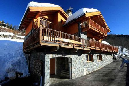 6 bedroom villas and houses to rent in Meribel. Luxury chalet with jacuzzi on the terrace and panoramic views of the snow-capped Alpine peaks in Meribel, France