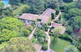 Houses with pools for sale in Saint-Tropez. Provencal villa with a tennis court, a swimming pool and a landscaped park