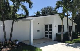 Cozy cottage with a backyard, a recreation area and a parking, Miami, USA for $799,000