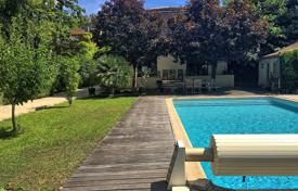 Property for sale in Gironde. Comfortable villa with a pool, a terrace and a beautiful garden, Bordeaux, France