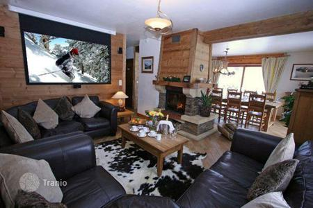Villas and houses to rent in Les Houches. Two-level ski in/out chalet in the famous ski resort of Chamonix, France