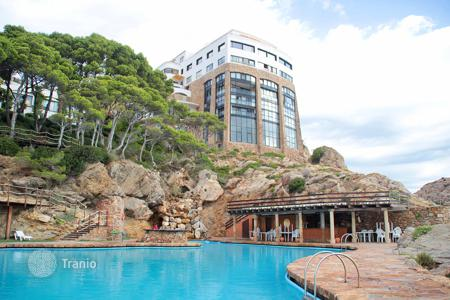 Apartments with pools for sale in Catalonia. One-bedroom appartment with panoramic view, in residence witn pool and garden, in 350 metres to the sea, Begur, Spain