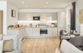 Property for sale in London. Three-room apartment with a balcony in a residential complex with a concierge, a gym, a parking and a garden, London, UK