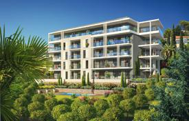 Apartments with pools for sale in France. Apartment with a panoramic view of the Baie des Anges, in a gated premium-class residence with a park and a pool, Fabron, Nice