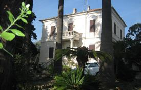 Property for sale in Diano Castello. Three levels villa from the 1800s