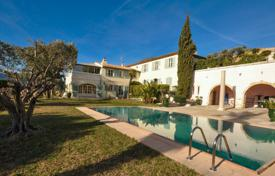 Luxury houses with pools for sale in Nice. Spacious villa with a pool, a veranda, a garden and sea views, Nice, France
