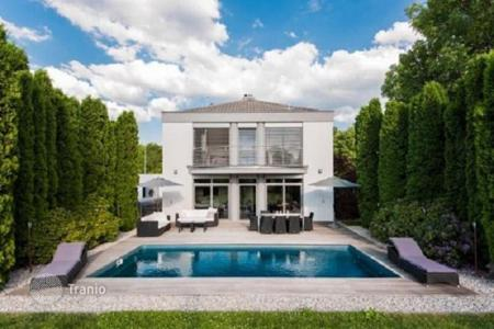 4 bedroom houses for sale in Germany. High class villa with pool, garden and a large plot of land in Gauting, Munich suburb