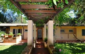 4 bedroom houses for sale in Tuscany. Villa with a garden and a parking in Castiglione della Pescaia, Tuscany, Italy