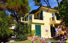 Coastal houses for sale in Bordighera. Comfortable villa with garden and panoramic views of the city and the sea in Bordighera. Suitable for mini-hotel B & B