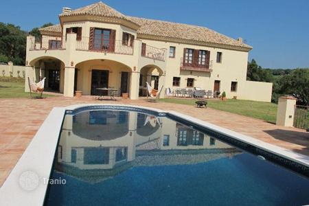 5 bedroom houses for sale in Buron. Comfortable villa in desirable area near Valderrama Golf Course