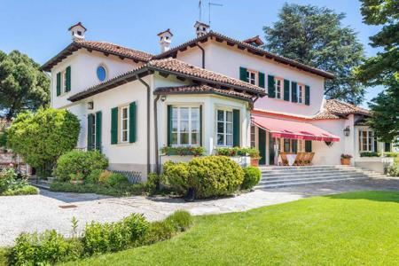 Luxury residential for sale in Veneto. Spectacular villa with garden with ancient trees and elegant pool overlooking the hills of Vicenza