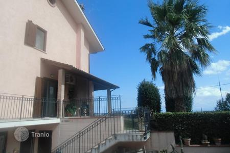 Property for sale in Abruzzo. LARGE SEMI-DETACHED HOUSE WITH GARDEN AND SEA VIEW