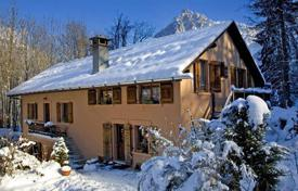 Residential to rent in Les Houches. Two-storey chalet with parking next to the ski slope in the famous resort of Chamonix, France