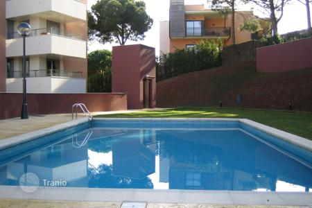 Apartments with pools by the sea for sale in Spain. New apartments in a complex with pool, garden and parking 650 meters from the sea, in Lloret de Mar, Costa Brava