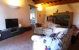 Residential for sale in Fiesole. Apartment with a fireplace, a garden and a jacuzzi, in a historic house, Fiesole, Italy