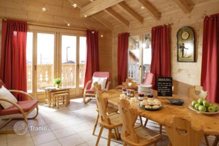 Villas and houses to rent in Huez. A comfortable chalet (ski-in/ski-out) with 8 bedrooms, sauna, jacuzzi, a balcony, a ski room, Alpe d'Huez, France