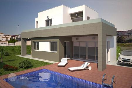 Houses with pools by the sea for sale in Costa Blanca. Modern villa in Torrevieja