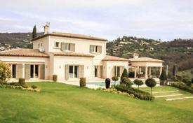 Luxury houses with pools for sale in Grasse. It is in Provencal style in the town of Grasse