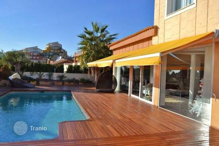 4 bedroom houses for sale in Valencia. Furnished apartment in Benidorm, Spain. Terrace with sea view, garden, swimming pool