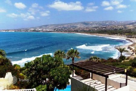 Property to rent in Paphos. This sea front Villa with large private pool (5x11m) facing the sea, is located near to the Coral Bay. It is built on a large