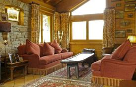 Residential to rent in Meribel. Cozy chalet with 7 bedrooms, jacuzzi, games room and parking. France, Meribel