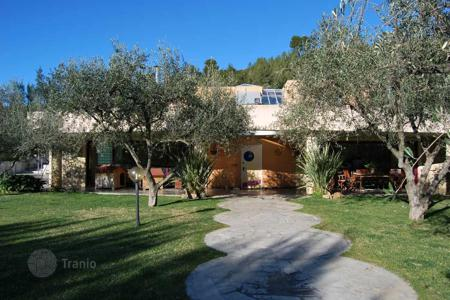 Luxury residential for sale in Savona. Comfortable villa with a garden and an olive grove in Villanova d'Albenga, Liguria