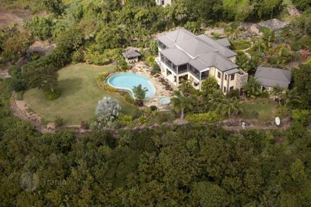 Houses with pools for sale in Saint Kitts and Nevis. Fashionable villa with pool and panoramic views of the Caribbean Sea and Charlestown, the island of Nevis, St. Kitts and Nevis
