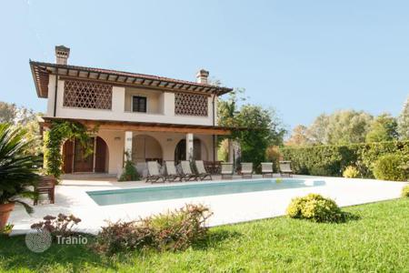 5 bedroom houses for sale in Lucca. Mediterranean style villa with swimming pool and garden in Forte dei Marmi, Tuscany