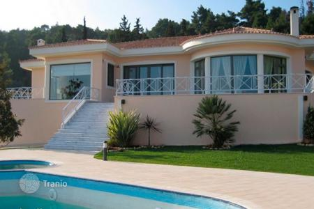Houses with pools by the sea for sale in Attica. Elegant villa in Oropos, Greece. Parking for six cars, picturesque garden, barbecue area, swimming pool, 700 meters from the sea