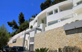 Luxury residential for sale in Roquebrune — Cap Martin. Seaview villa with an elevator, a terrace and a pool on the roof, on a large plot with a parking, Roquebrune — Cap Martin, Cote d'Azur