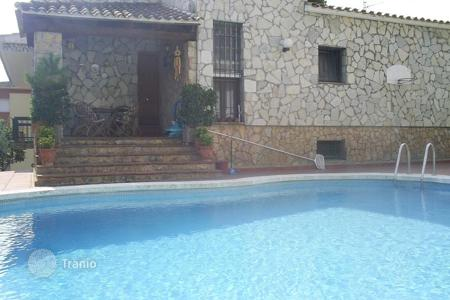 Chalets for sale in Catalonia. Individual house with a private pool in a very good area