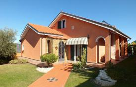 Property for sale in Poggi. Three-storey villa with elegant finishing, terraces, a garden and a large garage, Poggi, Italy