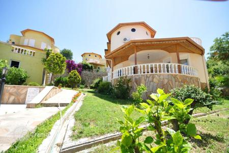 Houses with pools for sale overseas. Villa with sea and mountain views in Alanya