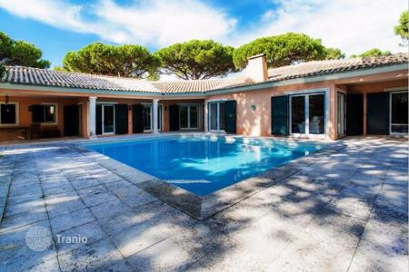 Luxury houses with pools for sale in Cascais. Villa with well-tended garden and private pool in Quinta da Marinha, Cascais, Portugal