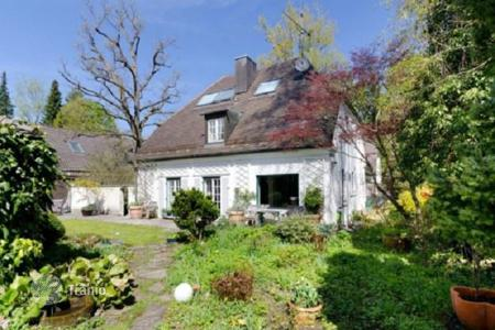 Residential for sale in Berg. Two-level house with a winter garden and parking at Lake Starnberg, in the town of Berg