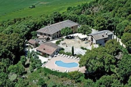 Land for sale in Italy. Farmhouse with private pool in Tuscany