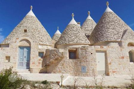 Houses with pools for sale in Ceglie Messapica. Trullo for sale in Apulia in Ceglie Messapica in the beautiful Itria Valley