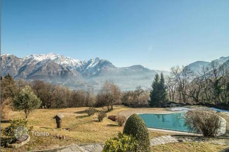 Houses with pools for sale in Lombardy. Chalet in Civenna on lake Como