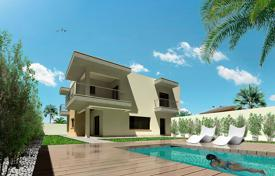Houses for sale in La Zenia. 4 bedroom villa with pool at 150 meters from the beach in La Zenia