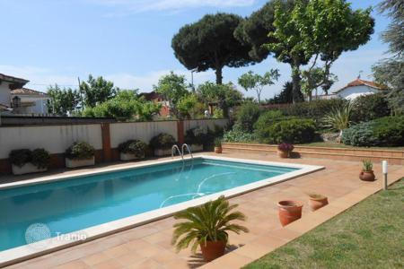 Houses with pools for sale in El Masnou. Beautiful house with swimming pool, a garden and a garage with 2–3 parking spaces. Near the beach