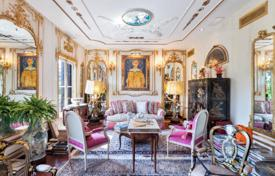 Luxury 3 bedroom apartments for sale in Catalonia. Apartment with antique furniture and a view of Passeig de Gràcia, in the center of the Eixample district, Barcelona, Spain