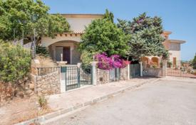 Luxury houses for sale in Majorca (Mallorca). Cottage with a private garden, a pool, a garage and a sea view, Porto Cristo, Spain