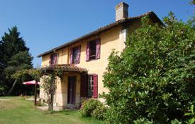 Houses for sale in Gers. Historic villa with a guest house, a terrace and a garden, 15 minutes drive from Mirande, Gers, France