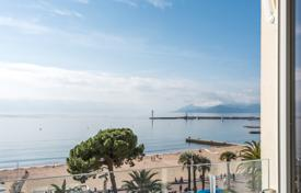 Coastal residential for sale in Côte d'Azur (French Riviera). Cannes — Croisette - Sea view apartment