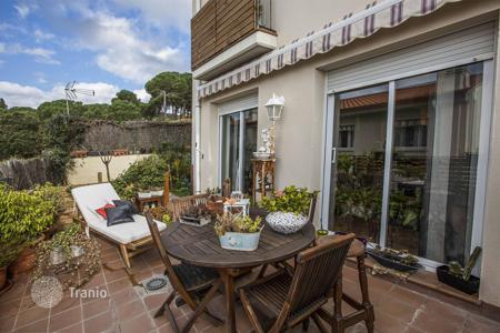 Coastal townhouses for sale in Sant Pol de Mar. Terraced house – Sant Pol de Mar, Catalonia, Spain
