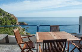 Cheap apartments with pools for sale in Costa Brava. Two-level penthouse with terraces, in a residence on the first line from the sea, Begur, Spain