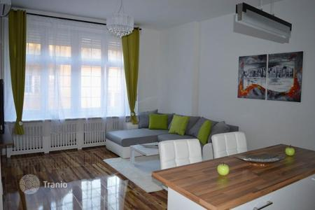 Property for sale in Budapest. Furnished apartment in a building with an elevator, the 5th district of Budapest, Hungary. Excellent investment opportunity!